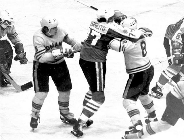 Канада - Румыния.  Фил  Эспозито  с  румынскими  хоккеистами..jpg