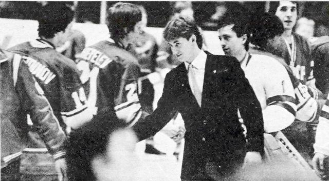 Уэйн  Гретцки  пожимает  руку  Советским  хоккеистам..jpg
