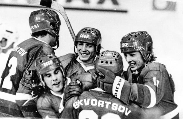 1983г.  Мюнхен  ФРГ,  Советские  хоккеисты  поздравляют  друг  друга  с  победой  на  ЧМ и Европы..jpg