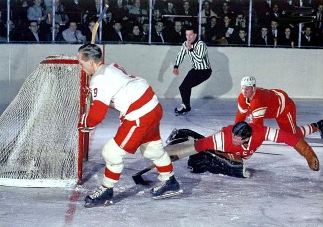 СССР - Канада слева  направо  Фрэнк  Хакк,  Виктор  Коноваленко и  Александр  Рагулин..jpg