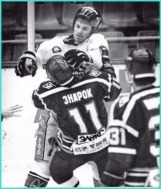 20 декабря 1989 года, Kalinka Cup. Швеция.  Вестерос  -  Динамо   (Москва)   3 - 7.   Петер Попович  и  Олег Знарок.jpg