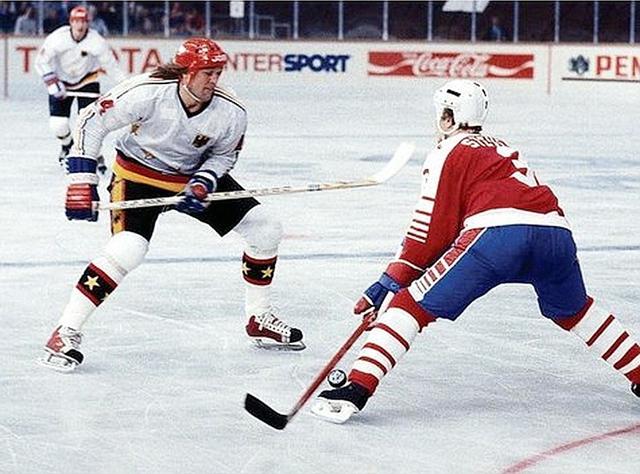 Канада - ФРГ  Атакует  Эрих  Кюнхакль,  обороняется  будующая  звезда  НХЛ  Скотт  Стивенс..jpg