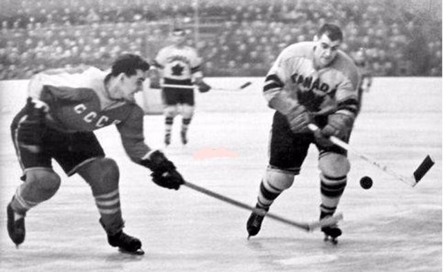 1959 г.  СССР - Канада.  Генрих  Сидоренков (слева).jpg