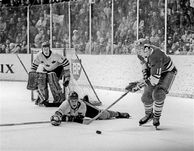 1970г. СССР-Швеция  в  атаке  А.Мальцев..jpg