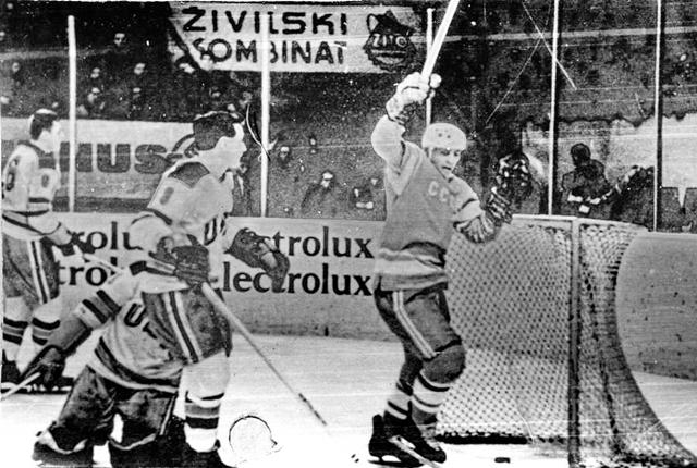 СССР - США  Вячеслав  Старшинов  забивает  гол  в  ворота  США.jpg