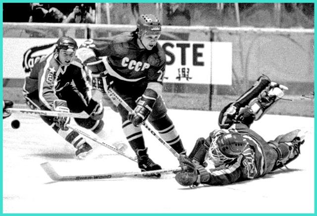 12 февраля 1983 года, турнир  SuperSeiko  в Японии, матч сборная СССР 2 - сборная США, Алексей Яшин атакует ворота американского голкипера Пола Остби..jpg