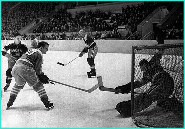 1959г.  СССР - Броктон (США)  в  атаке  М.Бычков  и  В.Гребенников..jpg