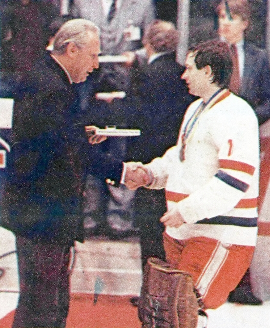 Президент  Мировой  Федерации  хоккея  Гюнтер  Сабецки  вручает  приз  лучшему  игроку  1982г.  Иржи  Кралику..jpg
