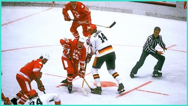 1982 год, чемпионат мира в в Финляндии, матч Канада - ФРГ (7 - 1). В центре легенды канадского и немецкого хоккея, Уэйн Гретцки и Эрих Кюнхакль.jpg