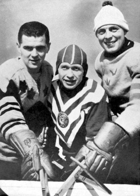 1958г.  капитаны  команд - призеров  мира.  Хэрри  Синден (Канада), Николай  Сологубов (СССР)  и  Ларс  Бьерн  (Швеция).jpg