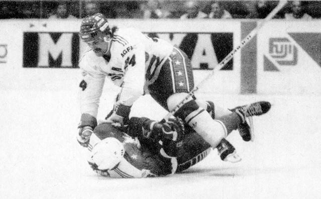 Канада - США.  американец  Нил  Шихи  жестко  атакует  канадца  Берни  Николса..jpg