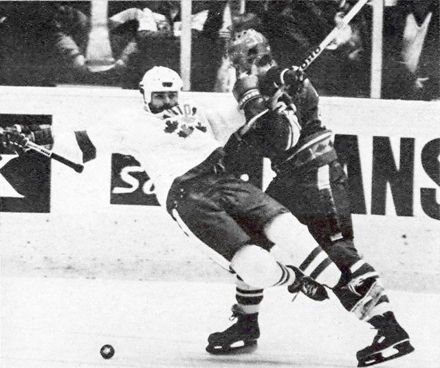 СССР - Канада    Боб  Гейни  и  Виктор  Жлуктов..jpg