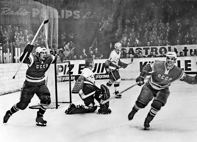 СССР - Канада  2-1  Борис  Майоров  и  Валерий  Никитин  празднуют  гол  в  ворота  Сета  Мартина..jpg
