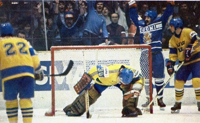 Финляндия - Швеция.  шайба  в  воротах  Питера  Линдмарка..jpg