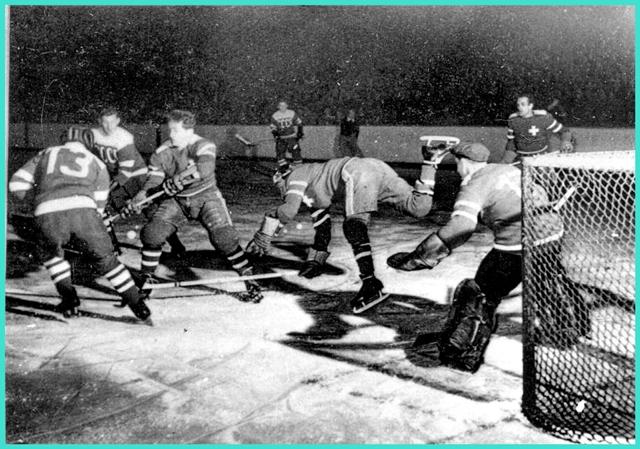 1954 год, декабрь, Цюрих, Швейцария, момент матча сборных команд по хоккею с шайбой между СССР и Швейцарией, окончившейся счетом  6 - 2   в пользу советских спортсменов!.jpg