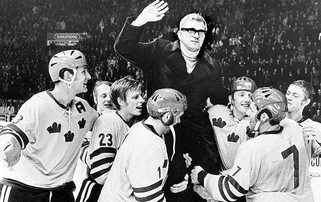 Серебряные  призеры  ЧМ - 1970г. шведские  хоккеисты  качают  своего  тренера  Арне  Стремберга..jpg