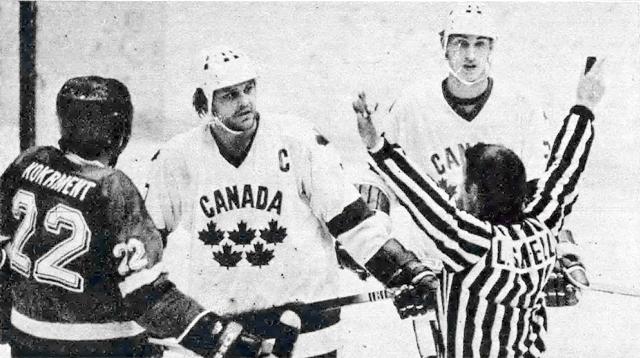 ЧССР - Канада  (слева   направо)   Генрих  Кокремент,  Билл  Барбер   и  Уэйн  Гретцки..jpg
