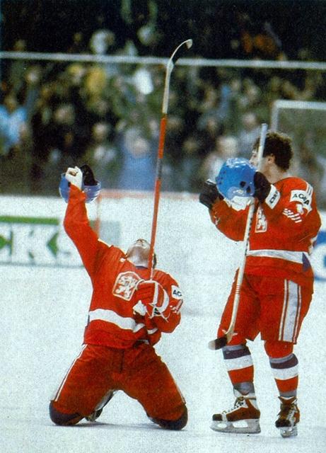 1985 г.  -  Чехословацкие  хоккеисты  ликуют..jpg