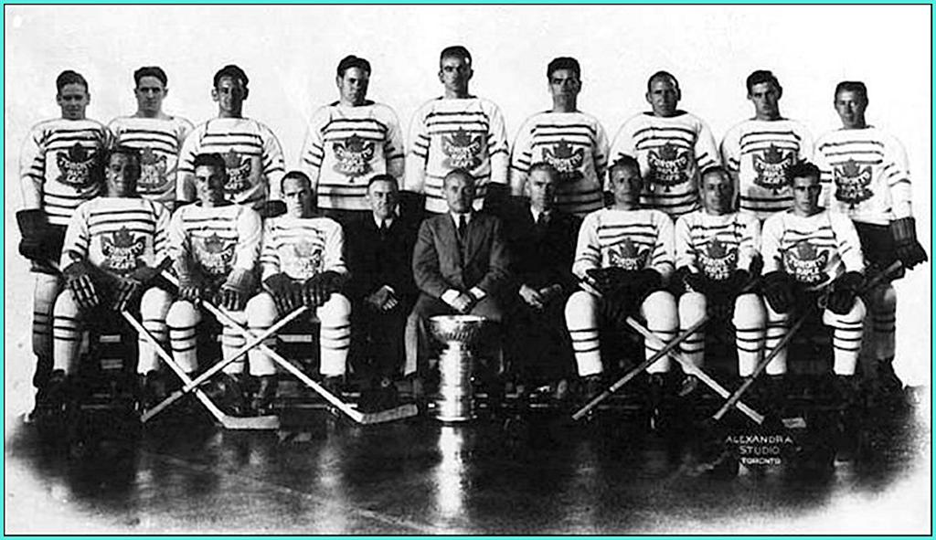 1932г.   Обладатели Кубка Стэнли 1932 года -   Торонто Мейпл Лифз. Обратим внимание на увеличивающиеся кольца под чашей..jpg
