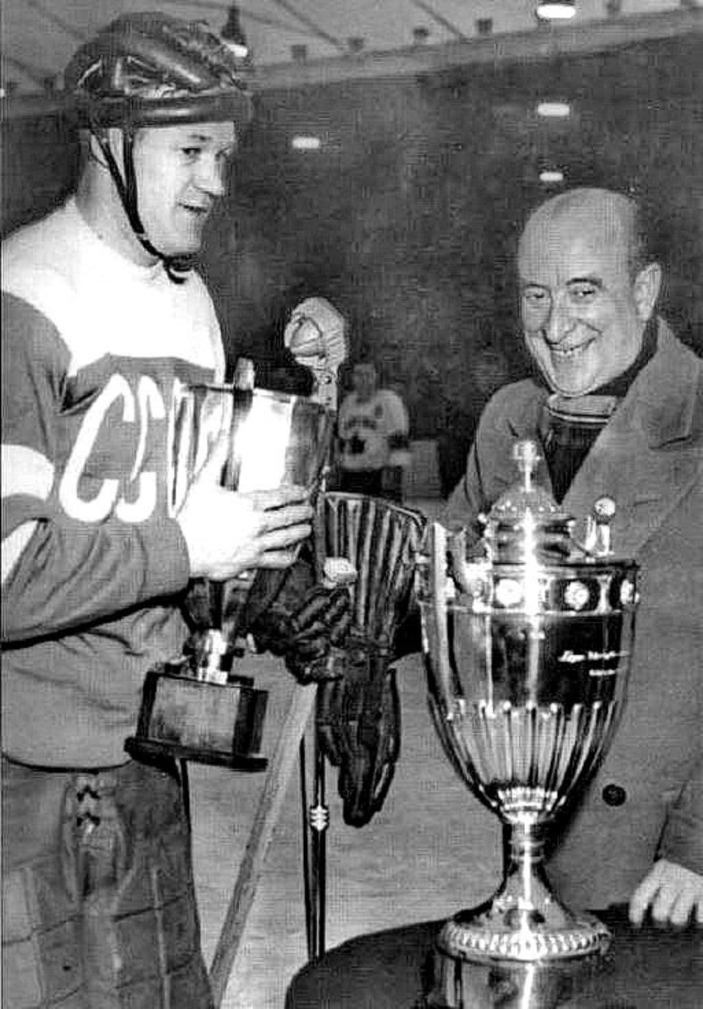 1954 год, (Стокгольм), сборная СССР - чемпион Мира и Европы. Джон Ахерн передаёт кубки советскому капитану Всеволоду Боброву.jpg