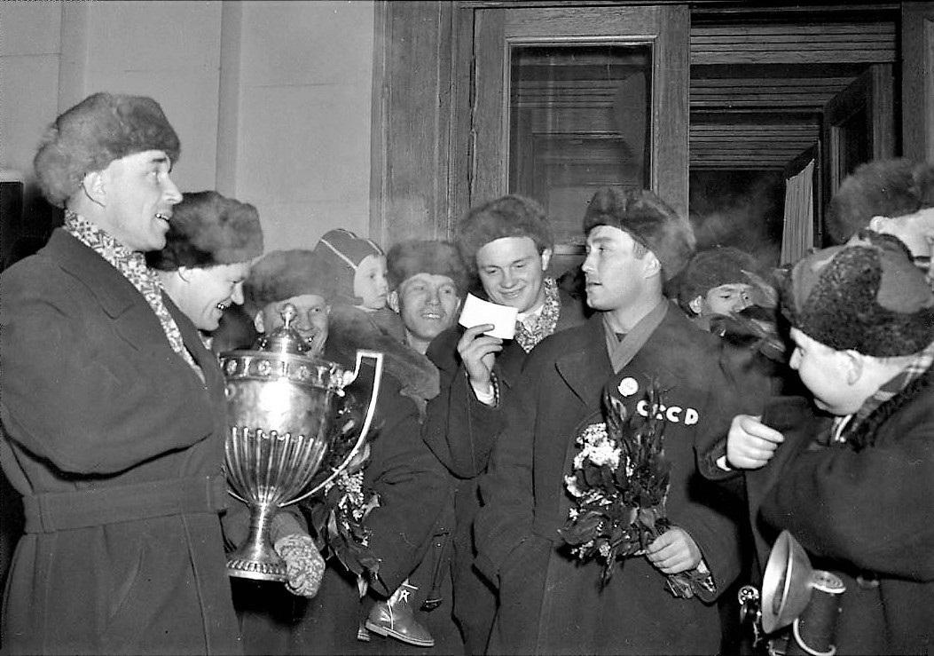Chernysjev.  mottn.OS-1956.   В аэропорту Внуково в день возвращения на родину после завершения Февраль 1956.JPG