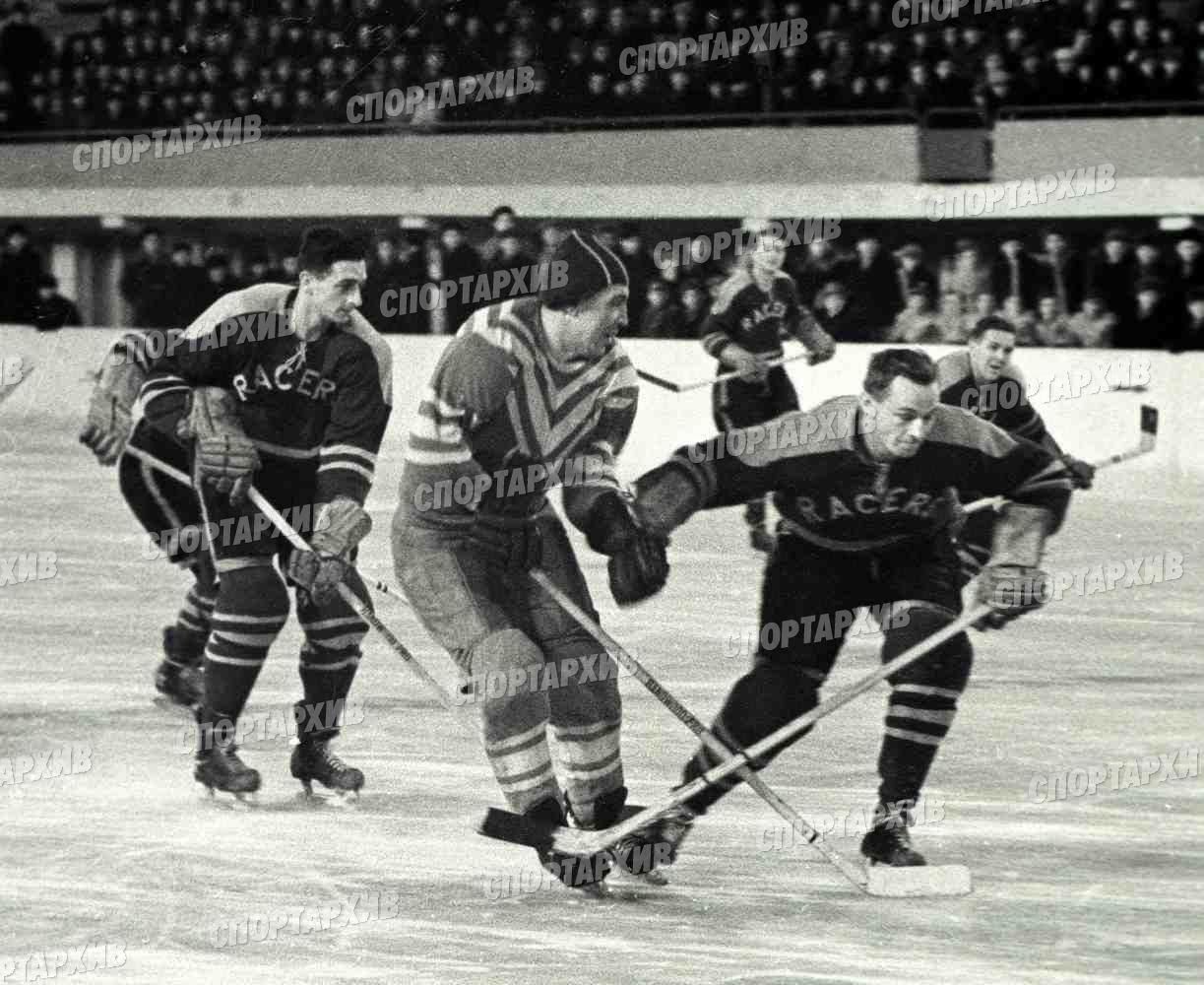 Пантюхов 04-в центре 1957-12-25 Сборная клубов Москвы-Харренгей райсерз Англия.jpg