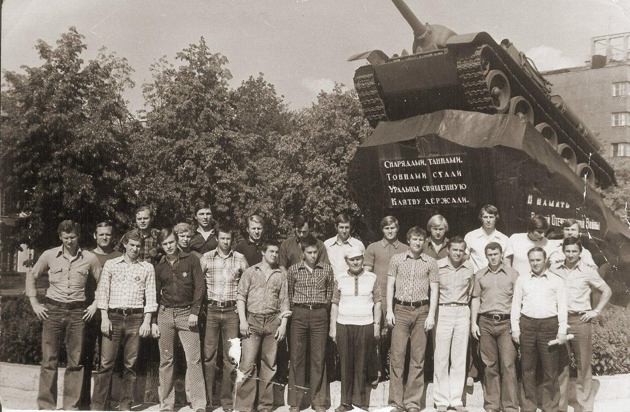 Фото у Танка. хоккейная команда ЦСКА в Свердловске в Августе 1976 год..jpg